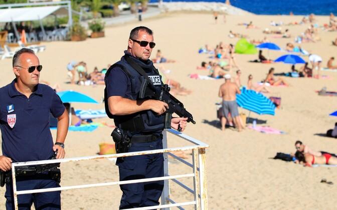 Politseinikud augusti alguses Korsikal Ajaccio rannas.