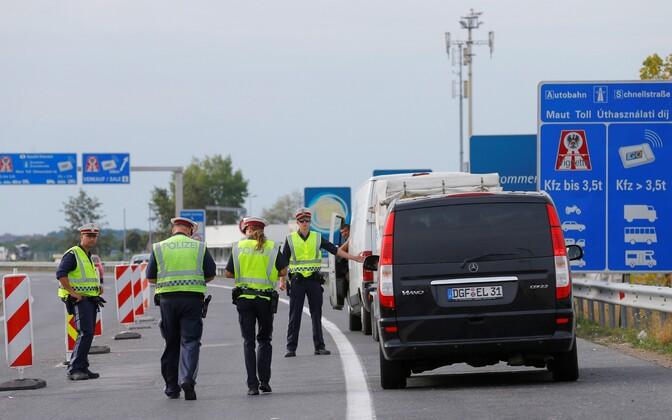 Politseinikud augustis Austria-Ungari piiril Nickelsdorfis.