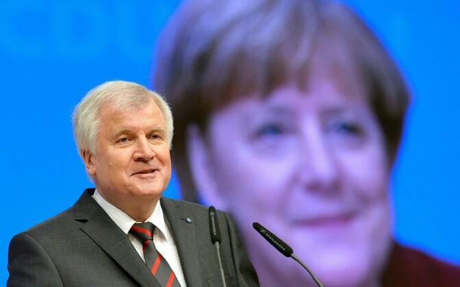 Horst Seehofer Angela Merkeli pildi taustal.