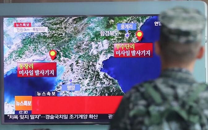 Lõuna-Korea sõjaväelane vaatab telerist uudist Põhja-Korea tuumakatsetuse kohta.
