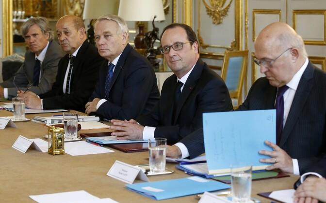 Prantsuse rahandusminister Michel Sapin (paremalt), president Francois Hollande ja teised valitsuse liikmed juunis Élysée palees valitsuse istungil.