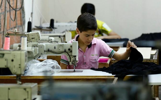 Süüria põgenik töötamas Istanbuli tekstiilivabrikus.