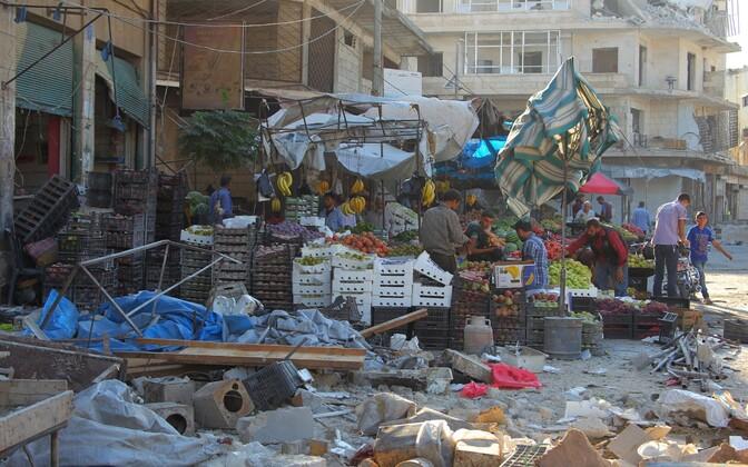 Turuplats Idlibis pärast õhurünnakuid.