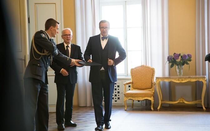 President Ilves (paremal).