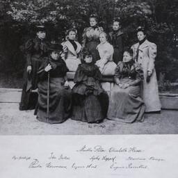 EÜS-i lipuna esimese sinimustvalge lipu 1884. aastal õmmelnud naised.