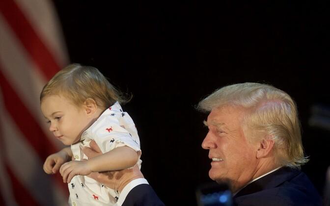 Donald Trump hoidmas kampaaniaürituse järel last.