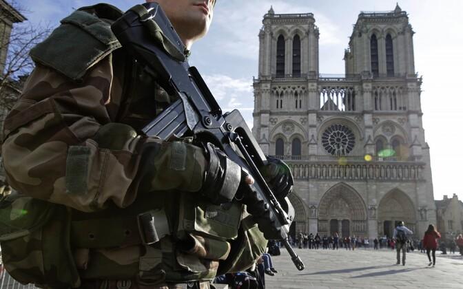 Sõdur Pariisis Notre Dame katedraali juures.