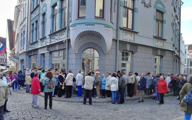 Vene saatkonna ees oli pühapäeva keskpäeval pikk hääletajate järjekord.