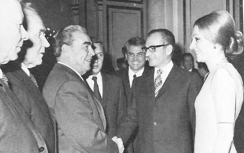 Iraani šahh Mohammad Reza Pahlavi ja tema abikaasa Farah' (paremal) kohtumine Nõukogude Liidu juhi Leonid Brežneviga Moskvas 1970. aastal.