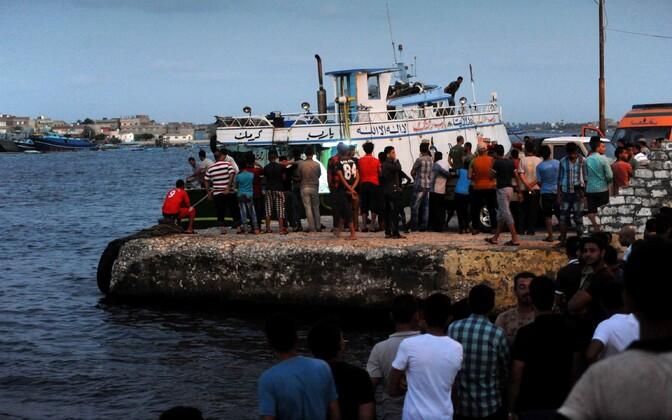Inimesed kogunesid ohvrite otsingute ajal al-Beheira rannikule.