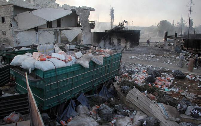 Õhulöögis purustatud abikonvoi jäänused.