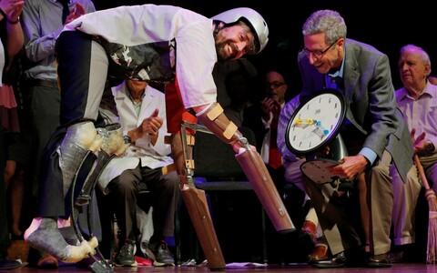 Ig-bioloogiapreemia pälvinud Thomas Thwaites demonstreerib kitsena ringi karglemiseks sobivaid proteese.