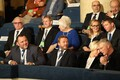 Presidendikandidaat Marina Kaljurand koos teiste Estonia kontserdisaali kogunenutega.