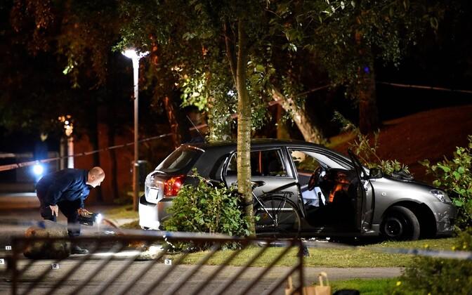 Malmö politsei uurimas kohta, kust leiti neli haavatud inimest.