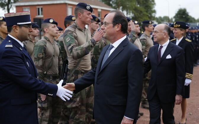 Francois Hollande (keskel) täna Calais's.