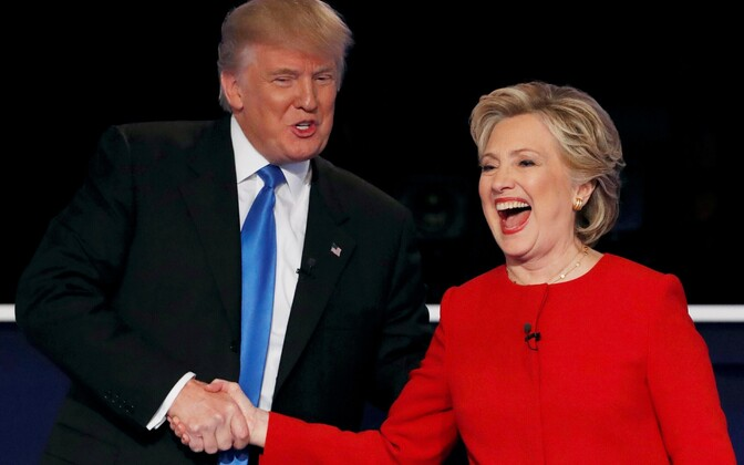 Hillary Clinton ja Donald Trump pärast debati lõppu kätt surumas.