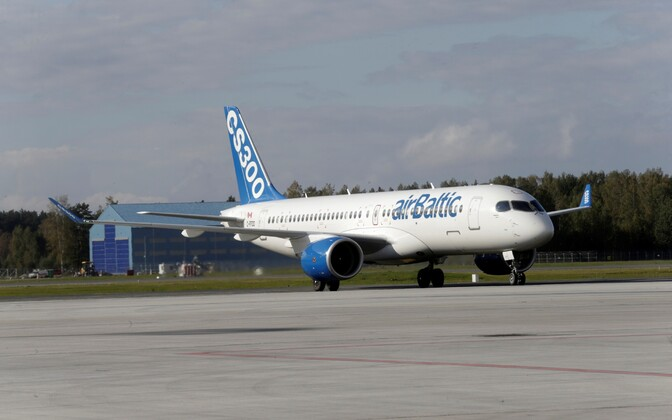 Самолет Bombardier CS300 авиакомпании Air Baltic в аэропорту Риги.