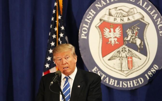 Donald Trump Chicagos Poola-Ameerika kogukonna liikmetele kõnet pidamas.