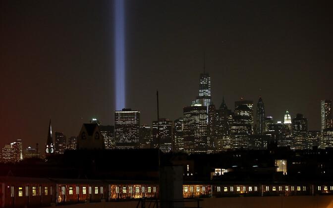 11. septembri terrorirünnakut mälestav valgussammas New Yorgis kaksiktornide endises asukohas.