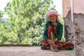 See naine otsis päikesevarju värskes õhus peetud avalikul arutelul inimkaubanduse teemal. Nepal ja eriti Sindhupalchok, kus arutelu peeti, on maailma juhtivad piirkonnad inimkaubanduses. Maavärin andis sellele hoogu juurdegi: peale katastroofi käivad inim