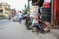 Nepali majandus on saanud tugeva hoobi ka seetõttu, et turism moodustab 3,5 protsenti riigi tööhõivest ja 8 protsenti SKP-st, kuid peale maavärinat peatus turism mõneks ajaks pea täielikult ning on alles nüüd uuesti vaikselt ellu ärkamas.