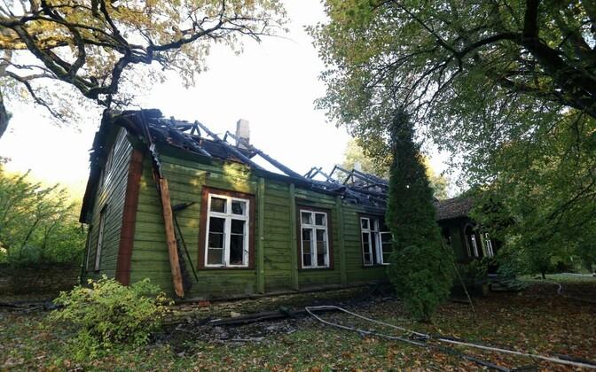 Kõrtsihoone sai tules tugevasti kahjustada.