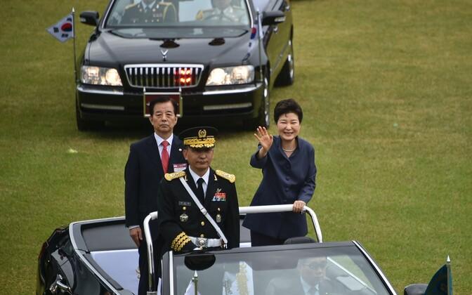 Lõuna-Korea president Park Geun-hye (paremal) relvajõudude päeval.