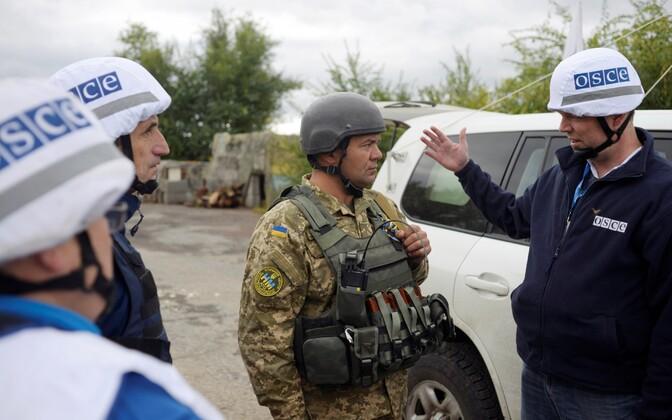 OSCE liikmed ja Ukraina sõjaväelane Zolote linnas.