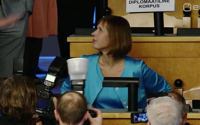 Kersti Kaljulaid riigikogus hääletust ootamas.
