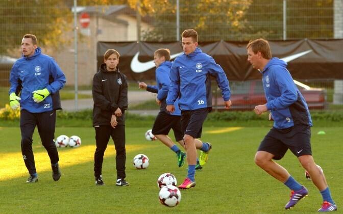 Eesti jalgpallikoondise treening, keskel Mattias Käit (nr 16)