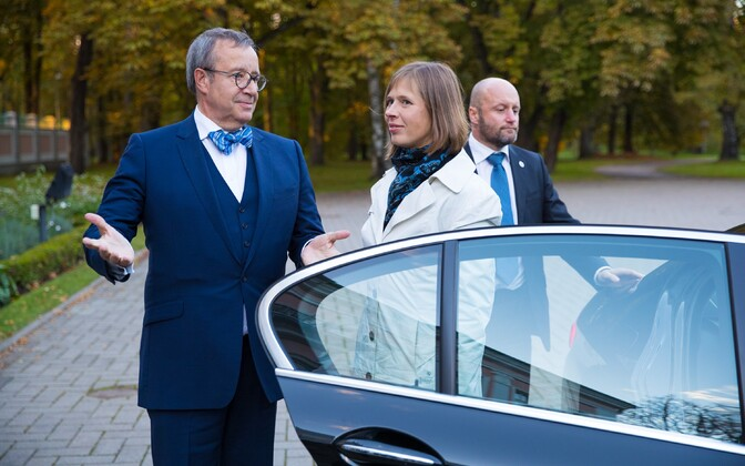 Outgoing president of ten years Toomas Hendrik Ilves welcomes president-elect Kersti Kaljulaid to Kadriorg. Oct. 3, 2016