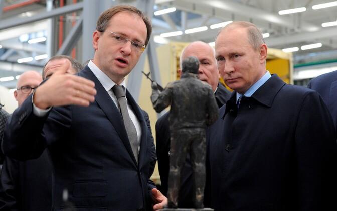 Vladimir Medinski (vasakul) koos Venemaa presidendi Vladimir Putiniga Mihhail Kalašnikovi monumendi avamisel.