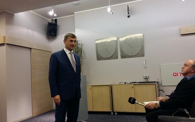 Andrus Ansip ajakirjanike ees.