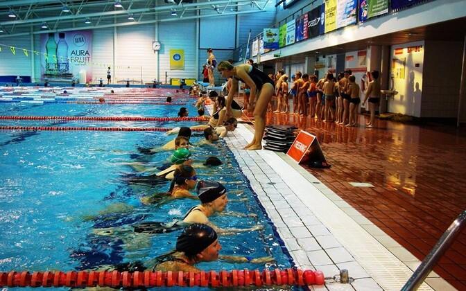 Laste kehalise aktiivsuse mõõtmise metoodikaid võrrelnud Triin Rääsk täiskasvanute ujumise algõpetuse tundi juhendamas.