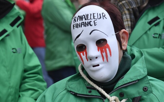 Streikija Brüsselis kannab maski kirjaga