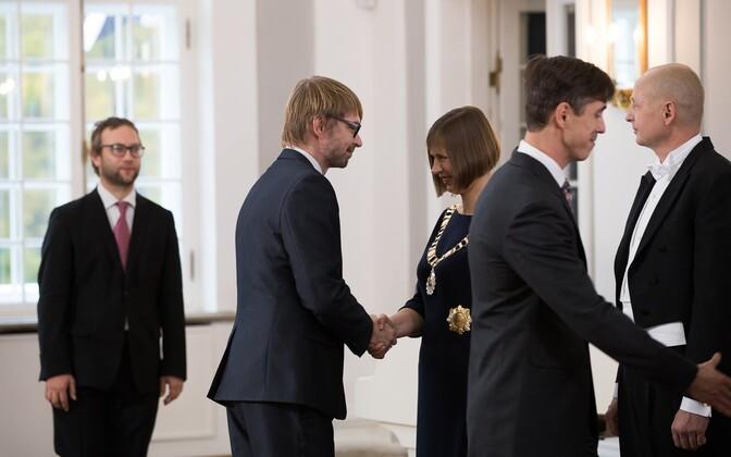 Taavi Linnamäe kätlemas president Kersti Kaljulaidu.
