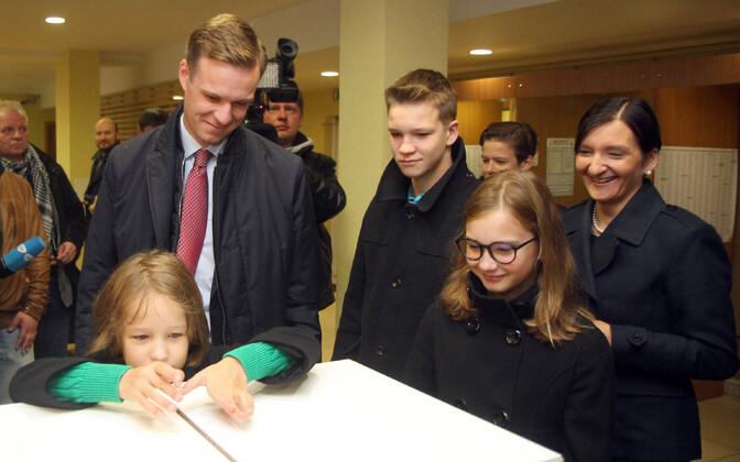 Leedu konservatiivide erakonna juht Gabrielius Landsbergis perega valimas.