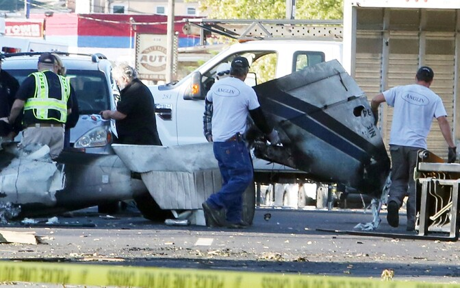 Päästjad Connecticutis East Hartfordis lennukivrakki ära viimas.