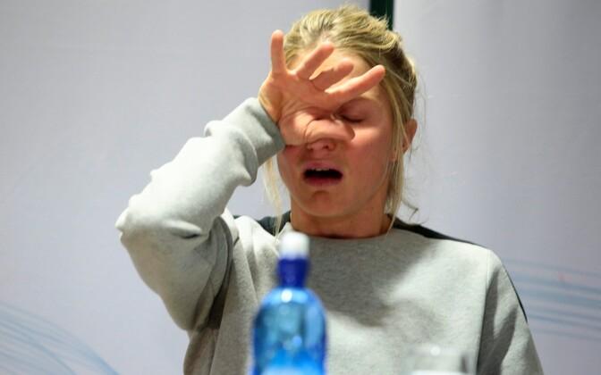 Therese Johaug puhkes pressikonverentsil pisaraisse.