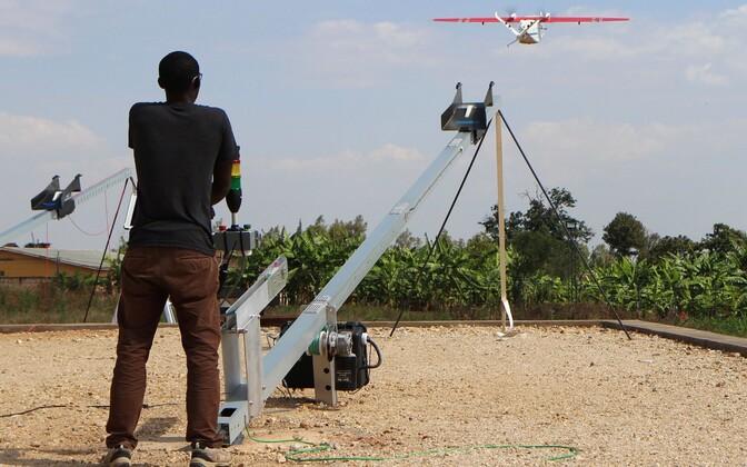 Rwandas tööd alustav Zipline'i droon.