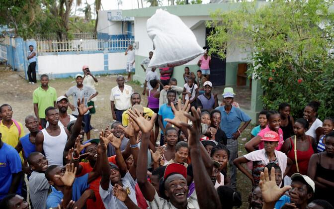 Toiduabi jagamine Haitil.