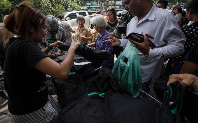 Musta värvi riiete müük Bangkoki Bobae turul.
