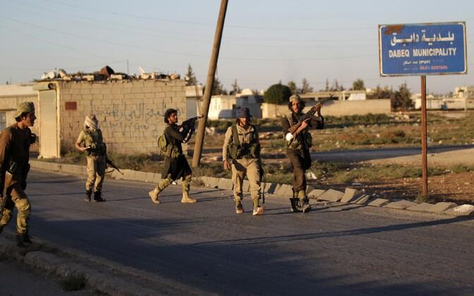 Mässulised Aleppo lähistel Dabekis.