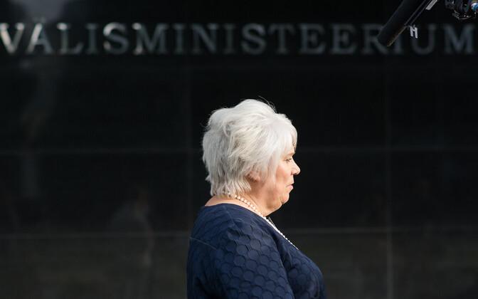 Marina Kaljurand välisministeeriumi ees.