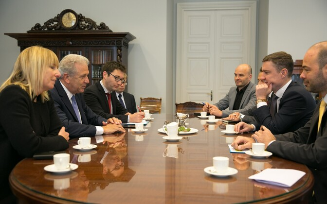 EU Commissioner for Migration, Home Affairs and Citizenship Dimitris Avramopoulos (center left) met with Prime Minister Taavi Rõivas (center right) in Tallinn on Monday. Oct. 17, 2016.