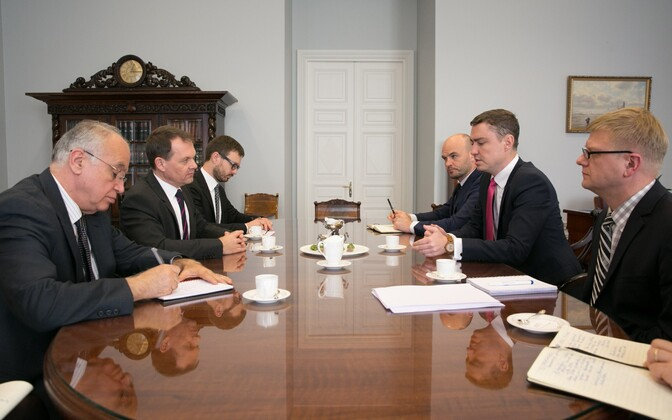 Rõivas (right) meeting with representatives of the International Monetary Fund.