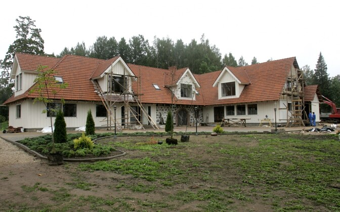 Work underway at then-presidential candidate Toomas Hendrik Ilves' family farm in Viljandi County. Sept. 7, 2006.