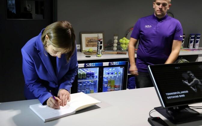 President Kersti Kaljulaid signing the guestbook at Akva Fitness Center in Rakvere. Oct. 27, 2016.