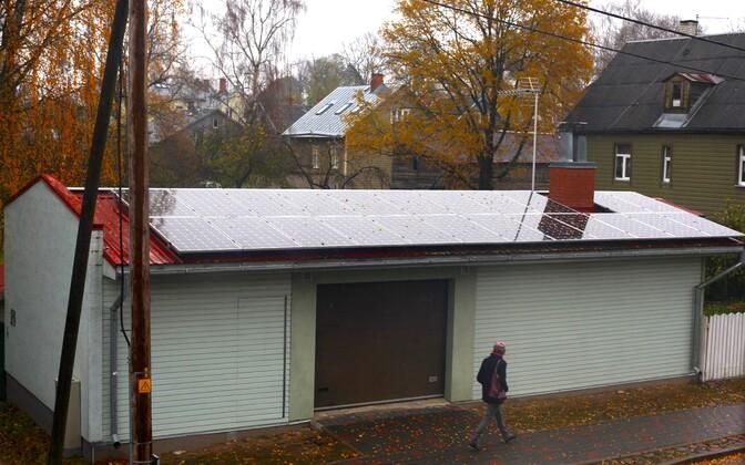 Päikesepaneelidega kaetud väikehoone Supilinnas.