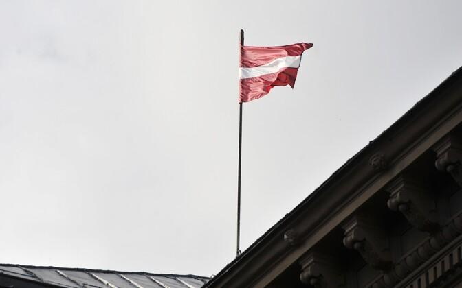 Läti lipp seimi hoonel Riias.